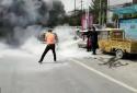 新郑一电动汽车街头自燃 白象食品员工紧急帮忙灭火救援