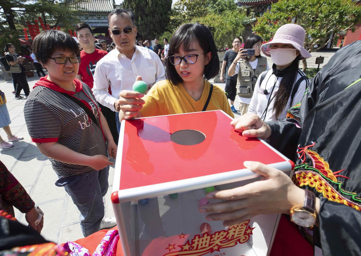 """河南开封:游客排长队领取""""包大人""""吉祥礼物"""