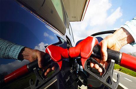 发改委:现行成品油价调整 明日起国内汽、柴油价格每吨降低75元