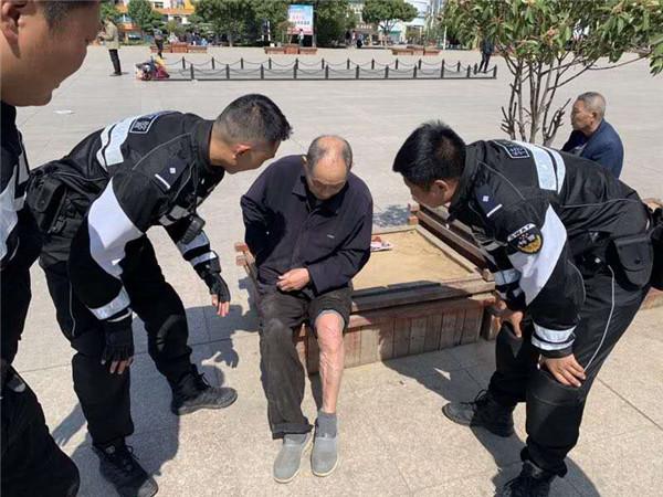 邓州:老人不慎摔倒 特警热心救助