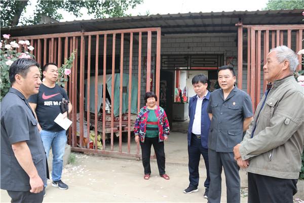 宛城区法院深入帮扶村看望慰问驻村干警和贫困户