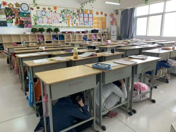 """郑州市高新区五龙口小学举行""""地震应急安全疏散""""演练活动"""
