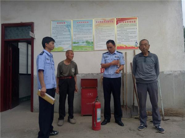 邓州:民警排查安全隐患及矛盾纠纷获好评