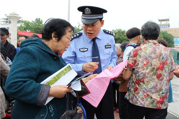 新野县开展金融领域扫黑除恶宣传活动