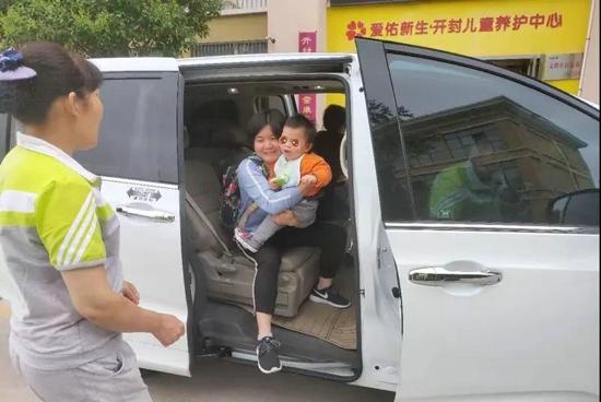 让爱心连心 接力传真情 中国翰园碑林爱心车辆接送孤残儿童回家!