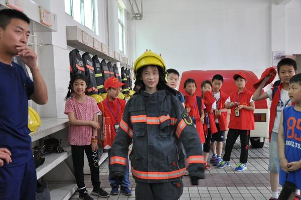 """中华校园小记者走进郑州中原区消防大队争当小小""""消防员"""""""