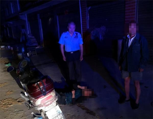 桐柏公安:民警夜巡遇醉女 护送母子到家中