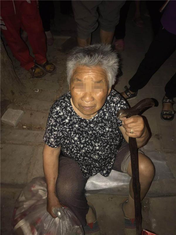 邓州公安:八旬老人走失街头 热心民警及时救助