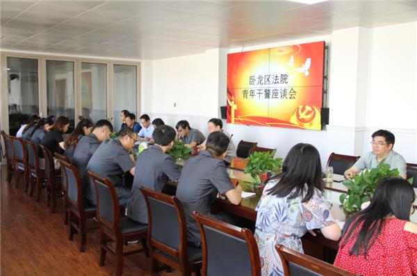 南阳市卧龙区法院召开青年干警导师制度座谈会