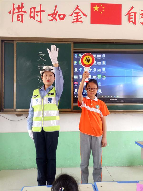新野公安:交通安全宣传进校园