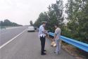 聋哑人误入高速公路,高速交警紧急救助