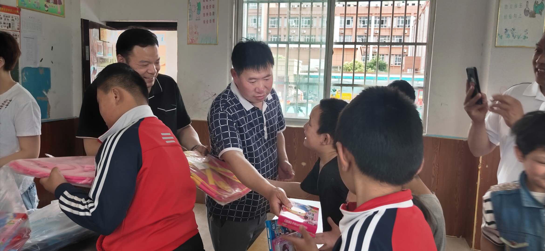 宁陵县非公医疗机构爱心人士看望慰问县特殊教育学校的儿童