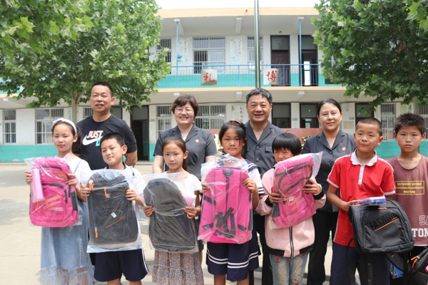 """宛城区法院""""六一""""节前深入帮扶村 助力贫困儿童健康成长"""