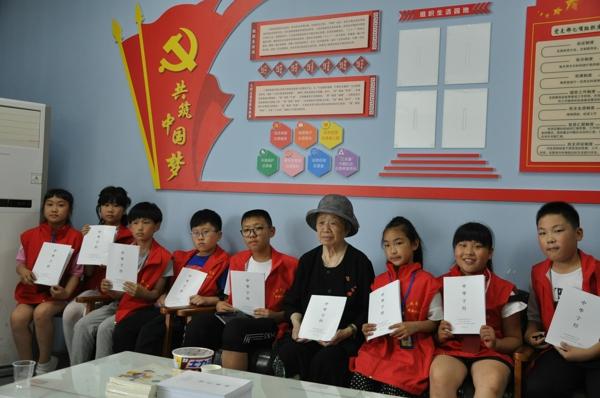 家校共育谱新篇.中华校园小记者专访QQ奶奶张秀丽老师