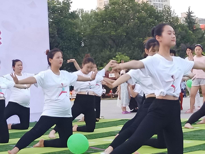 虞城县妇幼保健院孕妇学校首届百人瑜伽盛大开幕