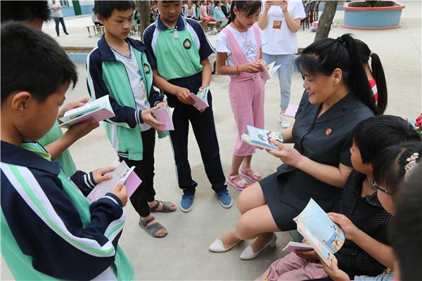 镇平县法院:普法进校园、爱心助力贫困留守儿童健康成长