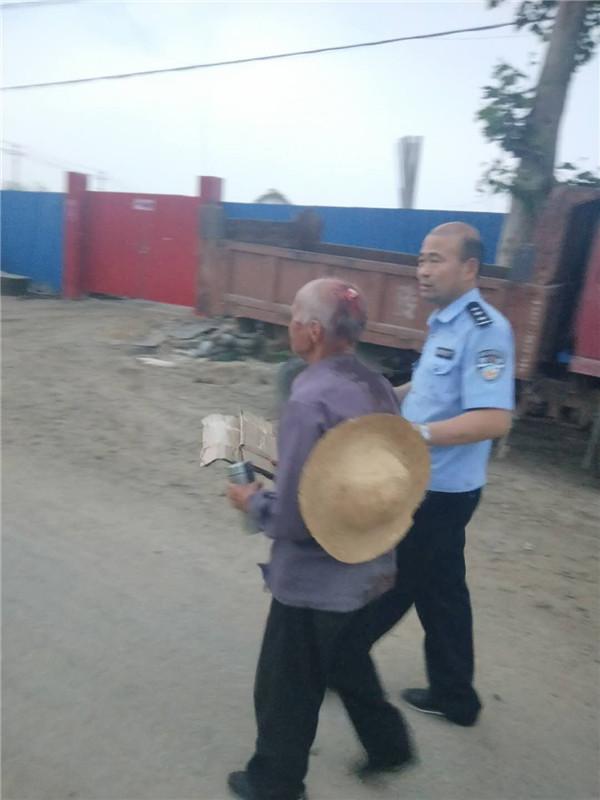 内乡县:大桥派出所民警及时救助一位摔伤老人获好评