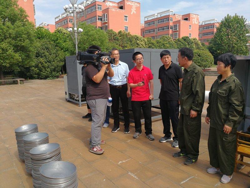 央视《我爱发明》栏目组走进郏县广阔天地乡——录制报道铸铁锅智能抛光机