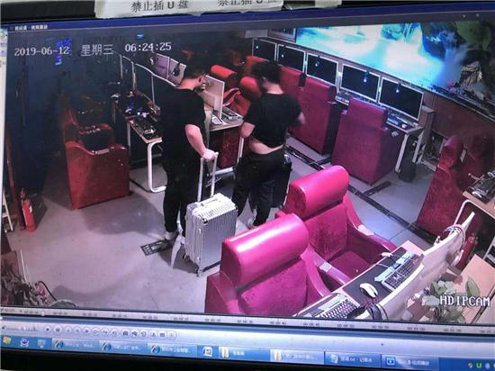 郑州2名小伙带行李箱进网吧 借上网名义偷走多部电脑主机