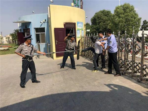 内乡公安:社区民警深入幼儿园开展反恐防暴演练