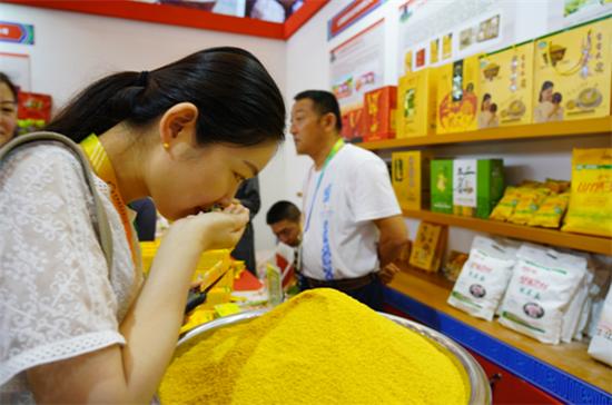 第二届粮食交易大会在郑州开幕 山西小米展会现场备受关注