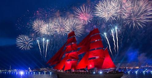 """俄罗斯:圣彼得堡欢庆""""红帆节"""""""