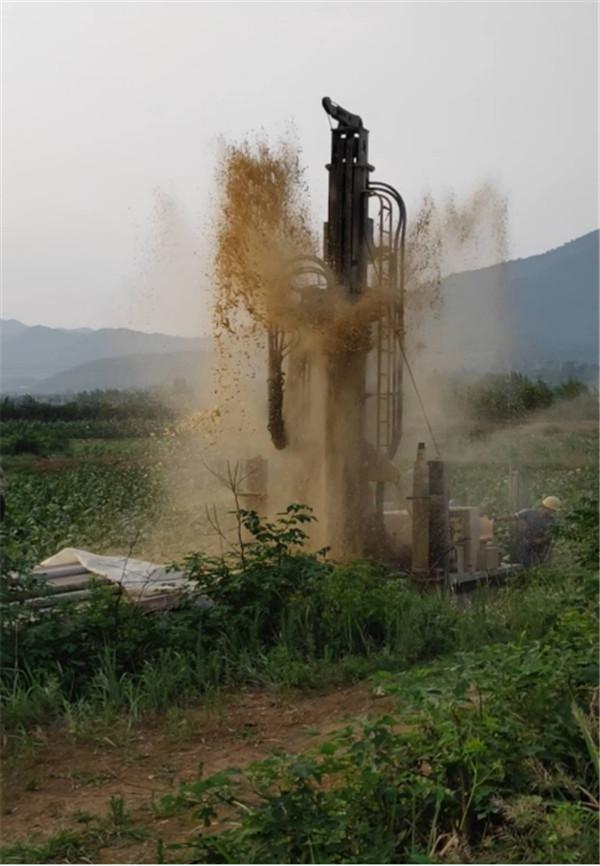 内乡:麦山中心小学校长挖井解决学校吃水问题