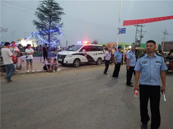 邓州罗庄派出所:走村入户途中遇幼儿演出  民警停车执勤保安全