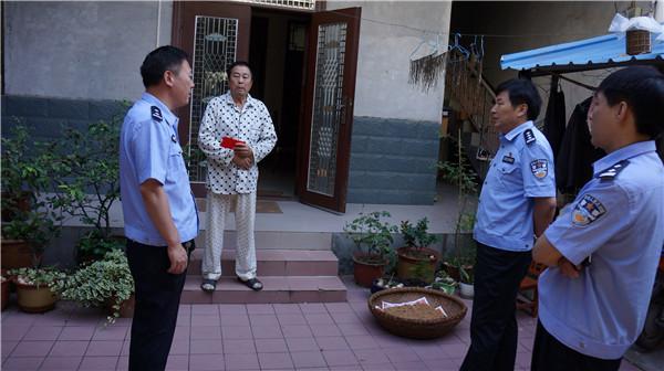 桐柏县公安局长杜万成走访慰问困难党员退休民警