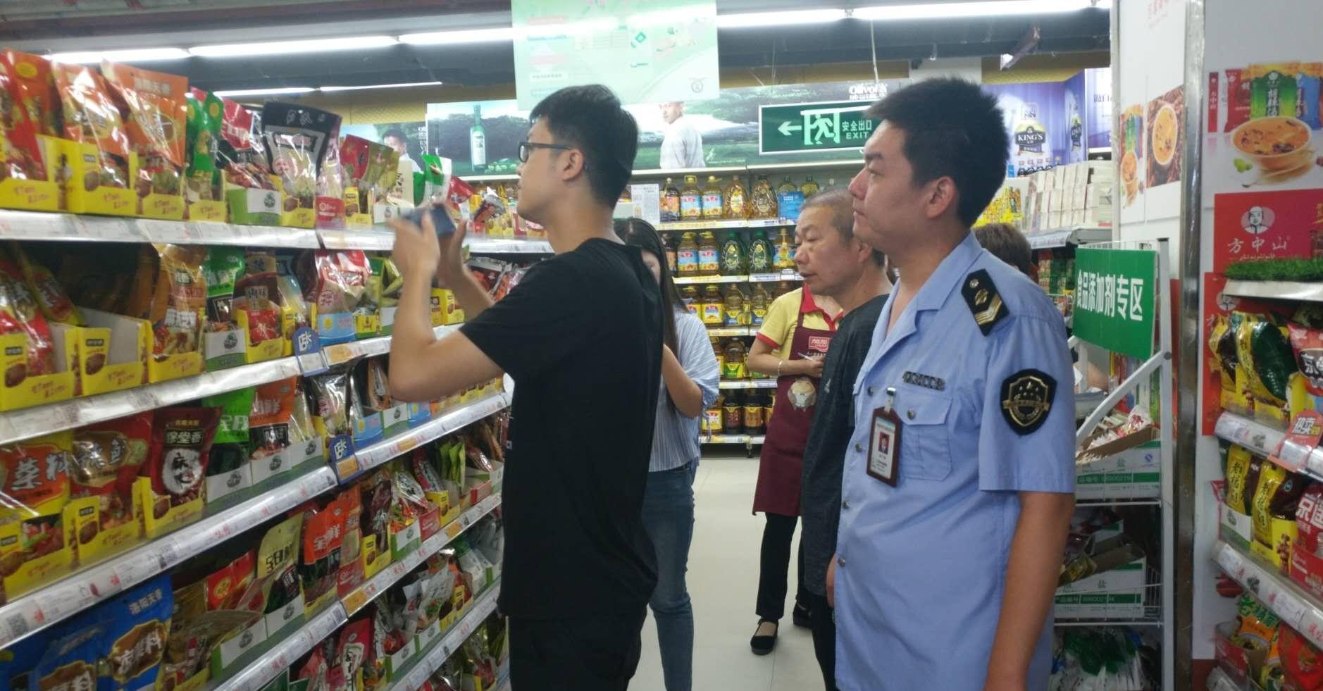 新密市青屏市场监管所发现新密金博大购物中心销售过期食品