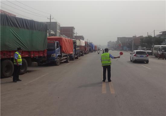 邓州孟楼派出所:组建交通劝导队 为辖区企业 护航