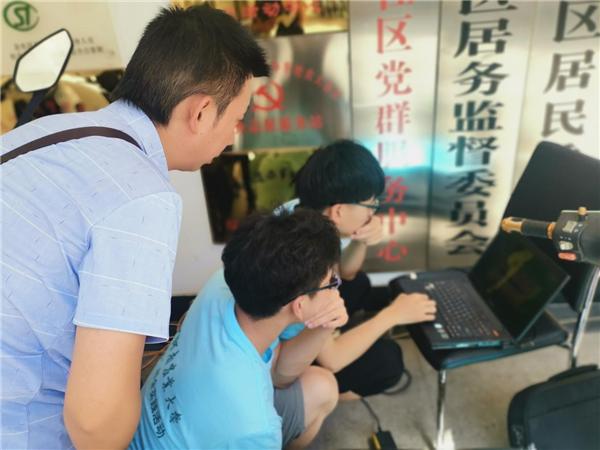 农大社区党支部组织河南农业大学信息管理学院志愿者义务维修电脑