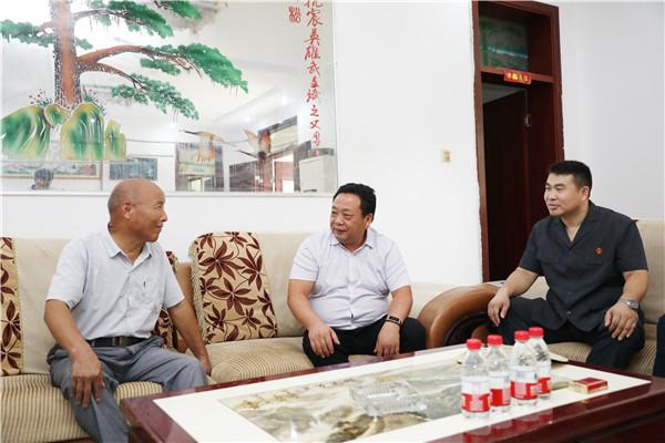 邓州法院院长杨俊华慰问抗震英雄武文斌亲属