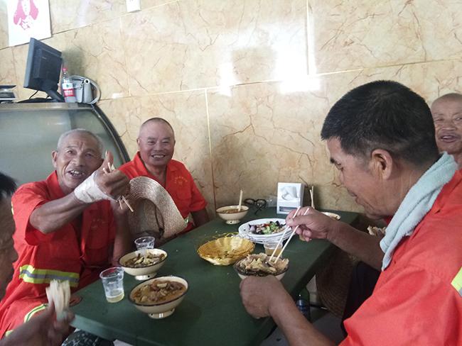 邀请郑州60名环卫工免费吃喝 山东三兄弟,好样的!