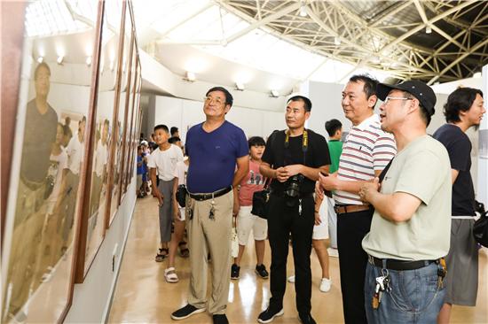 """王智""""蓝色·旅途""""天鹅生态系列摄影作品展在郑州开幕"""