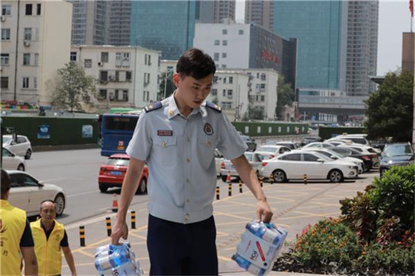 【益路华彩·清凉行动】可蓝矿泉水用心公益 关爱消防员战士