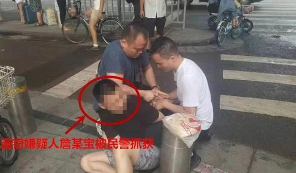 郑州:一男子随手拉车门盗窃车内物品 你的车锁好了吗?