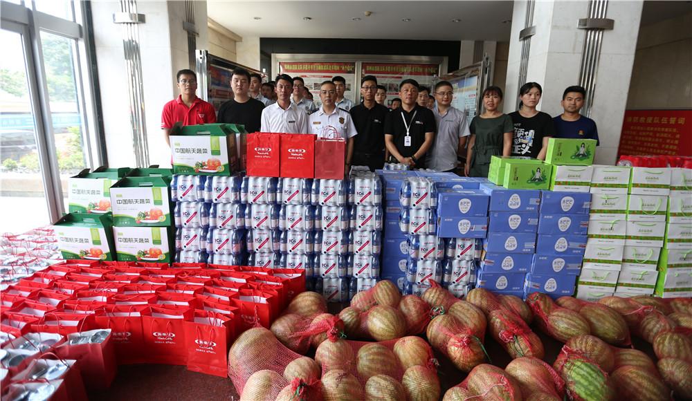 中华网河南频道联合爱心企业给消防员送清凉
