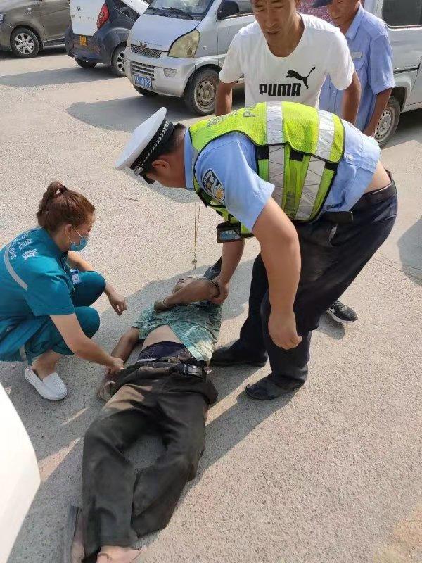 老人街头高温晕倒,虞城交警紧急施救