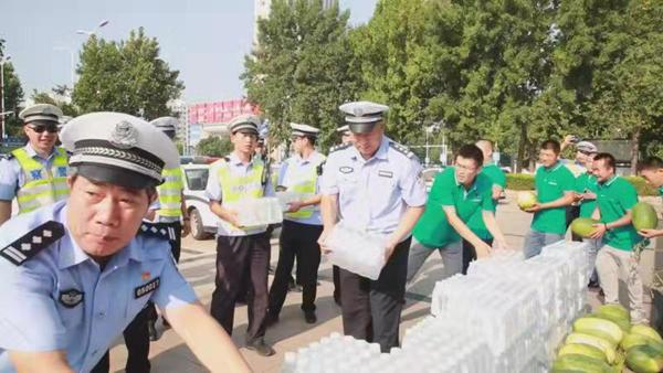 """濮阳市一站通机动车驾驶员服务中心给交警和消防送""""清凉"""""""