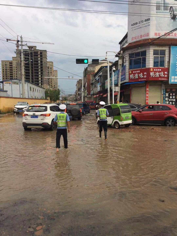 虞城交警用持守迎战烈日和暴雨考验