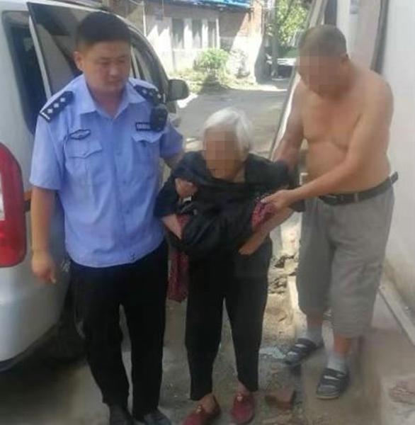 暖心!百岁老人外出迷路,走访民警烈日护送回家