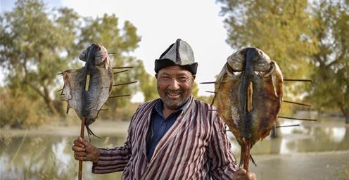 罗布人传统美食:红柳烤鱼