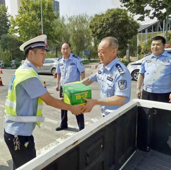新野县公安局领导深入交警大队慰问一线执勤民警、辅警