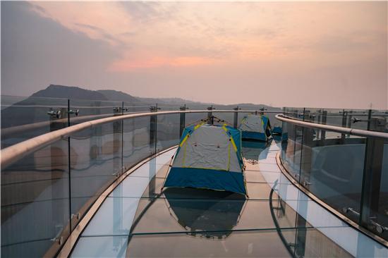 郑州多名驴友深夜结伴在伏羲山高空露营 拍下浪漫星空
