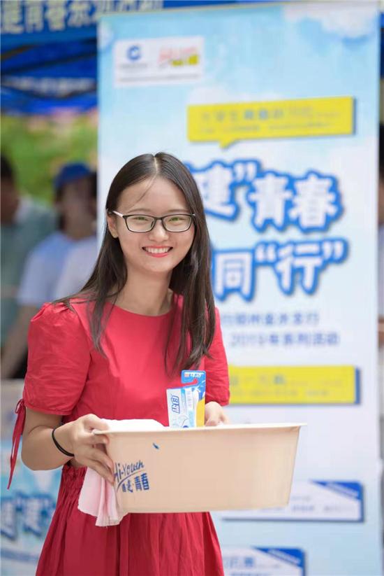 生活用品一元购 郑州大学近万名新生喜提入学礼