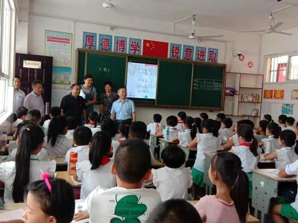 内乡教体局彭丰功副局长莅临内乡三小检查指导开学工作