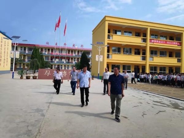 内乡县教体局副局长朱光先深入桃溪初中开展调研工作