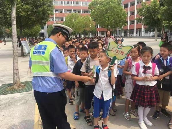 邓州交警在开学第一天开展交通安全进校园活动
