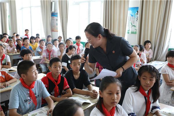 """邓州:小学生迎来""""讲故事""""的法官老师"""
